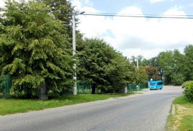Przy ulicy Zakopiańskiej w Bolęcinie, na odcinku od miejscowej Szkoły Podstawowej w kierunku Płazy, jak na razie nie ma chodnika dla pieszych. Jednak jeszcze w tym roku ma postać jego pierwszy odcinek. (Fot.: Robert Siwek).