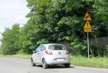 Drogowe znaki ostrzegawcze przed niebezpiecznym zakrętem w ulicy Dworcowej w Trzebini są już dobrze widoczne dla kierowców nadjeżdżających od strony dawnych zakładów tłuszczowych
