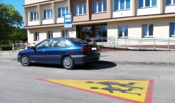 Odnowiony poziomy znak ostrzegawczy – uwaga na dzieci – na drodze gminnej przed Szkołą Podstawową nr 6 w Trzebini (Fot.: Robert Siwek).