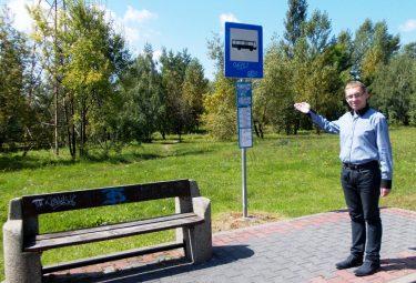 Radny Wojciech Hajduk zabiega o ustawienie przez Związek Komunalny Komunikacja Międzygminna w Chrzanowie wiaty na przystanku autobusowym przy ulicy Harcerskiej w Trzebini (Fot.: Robert Siwek).