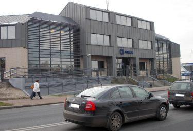 Oddanemu do użytku z początkiem 2016 roku nowemu Komisariatowi Policji w Trzebini przyporządkowano taki sam numer ulicy jak położonemu kilkaset metrów dalej Zespołowi Szkół Ekonomiczno-Chemicznych (Fot.: Robert Siwek 2016).