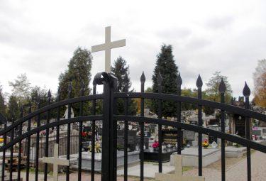Widok przez bramę na cmentarz parafialny w Trzebini (Fot.: Robert Siwek).