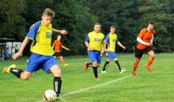 Piłkarze Ruchu Młoszowa (żółto-niebieskie stroje) odnieśli już piąte zwycięstwo z kolei i zostali wiceliderem chrzanowskiej klasy B (Fot.: Robert Siwek).