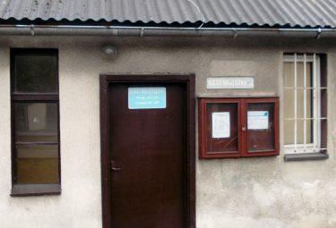 Wejście do Punktu Bibliotecznego MBP przy ulicy Grunwaldzkiej 53 w Trzebini-Krzu.