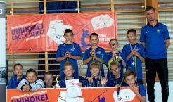 Unihokejowa reprezentacja chłopców ze Szkoły Podstawowej nr 3 w Trzebini  z trenerem Pawłem Rajem (Fot.: Klaudia Frosztęga).