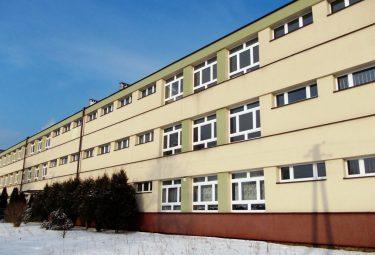 Budynek Gimnazjum nr 2 w Sierszy. Wciąż nie wiadomo czy powstanie w nim szkoła podstawowa (Fot.: Robert Siwek 2017).
