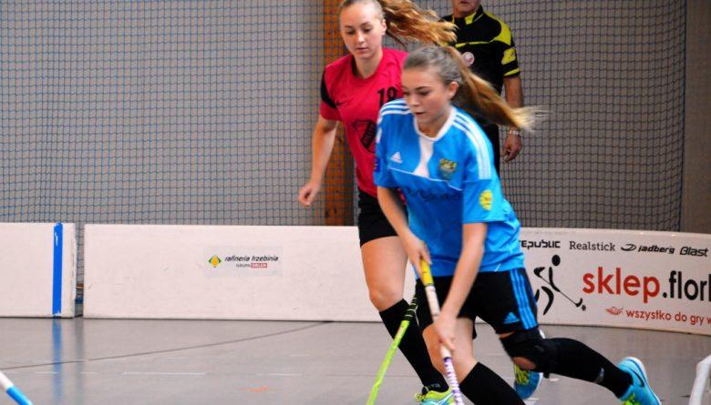 Trzebinianka Katarzyna Pabis (w niebieskiej koszulce) będzie reprezentowała nasz kraj w Eliminacjach Mistrzostw Świata Kobiet w Unihokeju we Włoszech (Fot.: Weronika Pabis / PUKS Trzebinia).